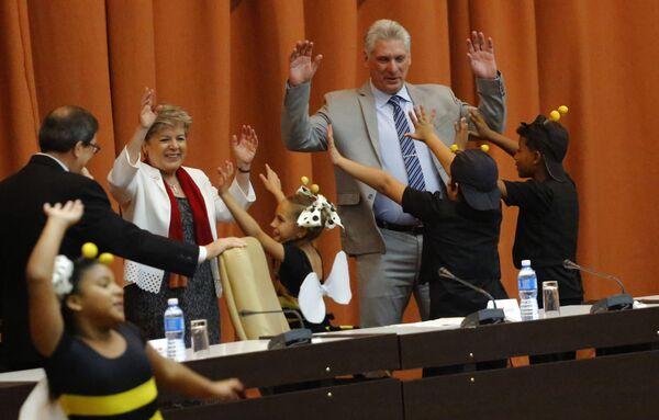 Premier Kuby Miguel Díaz-Canel tańczy z aktorami teatru dziecięcego w Hawanie - Sputnik Polska