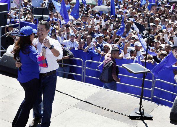 Prezydent Hondurasu Juan Orlando Hernández tańczy z żoną - Sputnik Polska