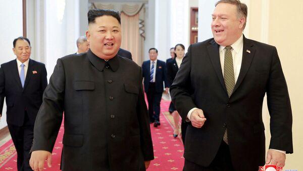 Przywódca KRLD Kim Dzong Un i sekretarz stanu USA Mike Pompeo - Sputnik Polska