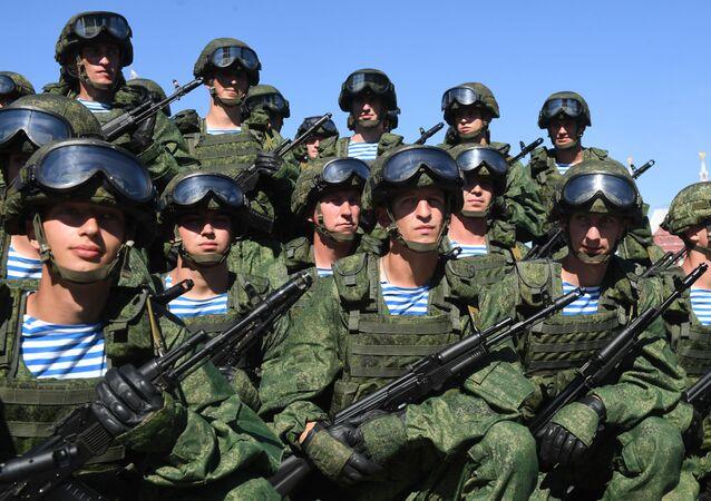Wojskowi na Placu Czerwonej w Moskwie w czasie świętowania Dnia Sił Powietrznodesantowych