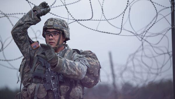 Amerykański żołnierz w czasie ćwiczeń wojskowych NATO w Europie - Sputnik Polska