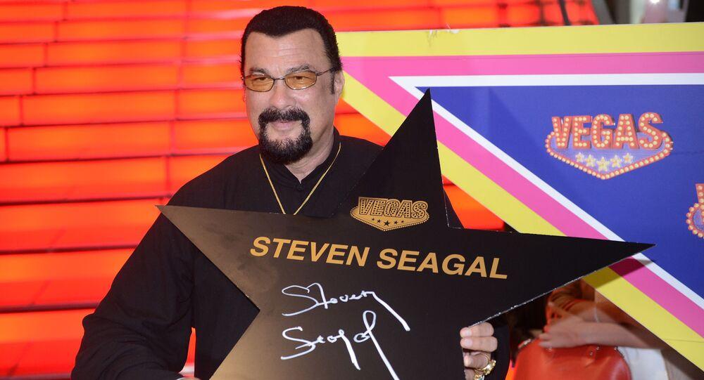 Amerykański aktor Steven Seagal po podpisaniu swojej gwiazdy na moskiewskiej Alei Sław niedaleko galerii handlowej VEGAS