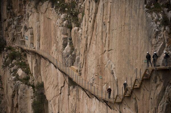 El Caminito del Rey - szlak pieszy ciągnący się wzdłuż stromych ścian wapiennego wąwozu w parku narodowym Desfiladero de los Gaitanes, nieopodal miejscowości El Chorro - Sputnik Polska