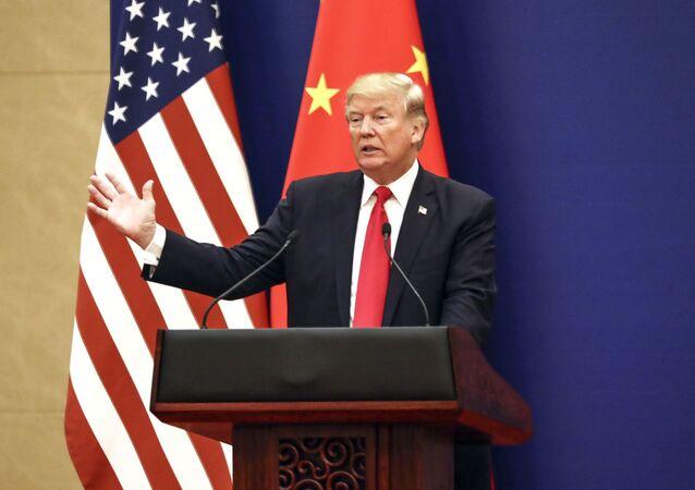 Prezydent USA Donald Trump na tle amerykańskiej i chińskiej flagi. Zdjęcie archiwalne