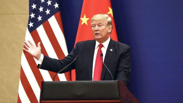 Prezydent USA Donald Trump na tle amerykańskiej i chińskiej flagi. Zdjęcie archiwalne - Sputnik Polska