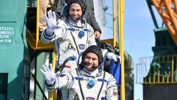 Kosmonauci Aleksej Owczinin i Nick Hague przed startem  - Sputnik Polska