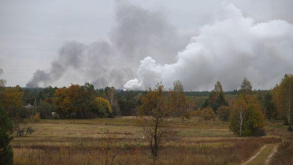 Dym z płonącego magazynu amunicji w obwodzie czernihowskim, Ukraina - Sputnik Polska