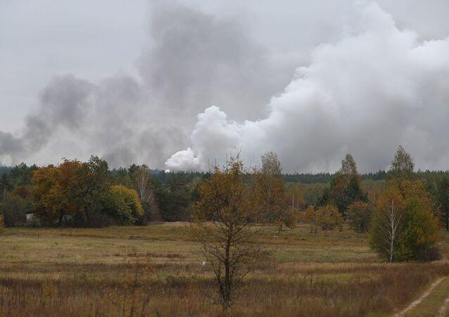 Dym z płonącego magazynu amunicji w obwodzie czernihowskim, Ukraina