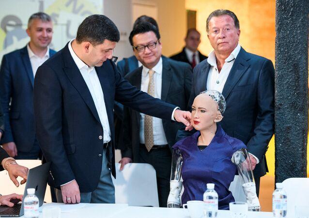 Ukraiński premier Wołodymyr Hrojsman i robot Sophia w Kijowie