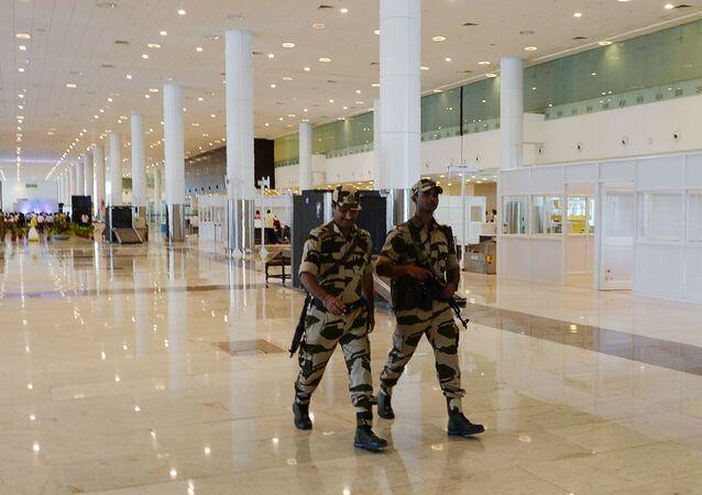 Strażnicy pracujący na lotniskach w Indiach muszą się mniej uśmiechać