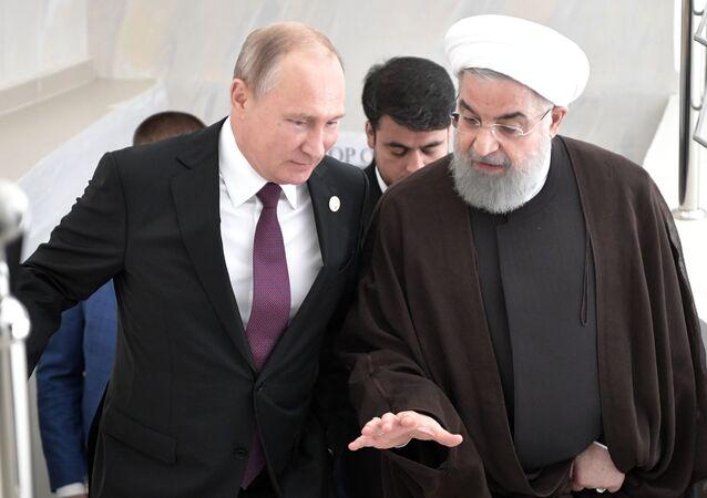 Prezydent Rosji Władimir Putin i prezydent Iranu Hasan Rouhani (po prawej) podczas spotkania w ramach V Szczytu Kaspijskiego w Aktau