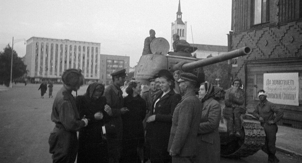 Mieszkańcy rozmawiają z radzieckimi czołgistami, którzy wyzwolili Tallin, Estonia, 1944 rok