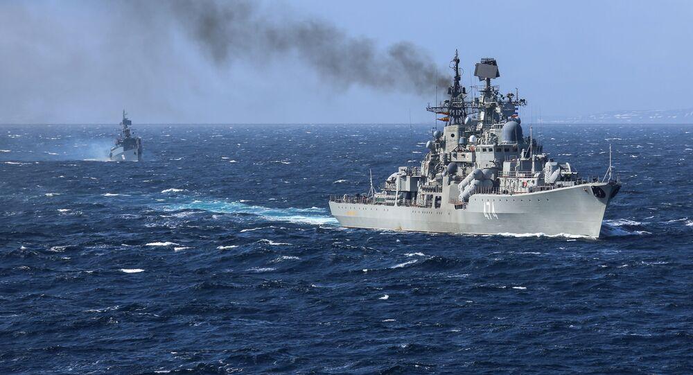 """Niszczyciel """"Admirał Uszakow"""" na ćwiczeniach wojenno-morskich Kumża 2018 na Morzu Barentsa"""
