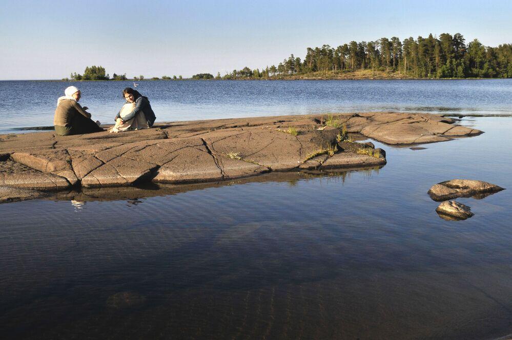 Pielgrzymi na brzegu półwyspa Walaam w Karelii