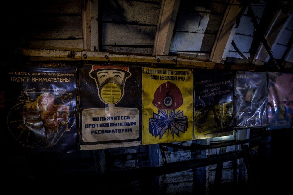 Plakaty ostrzegające w kopalni Głubokaja w Szachtarśku w obwodzie donieckim