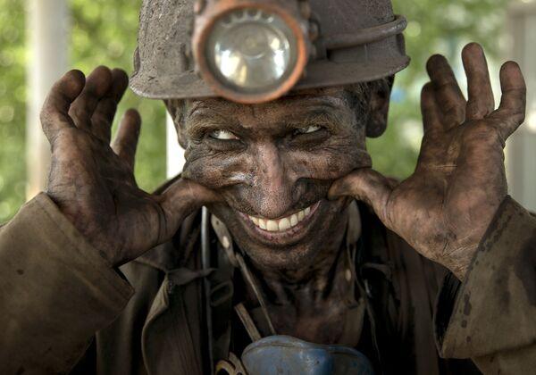 Doniecki górnik uśmiecha się po wyjściu z kopalni - Sputnik Polska