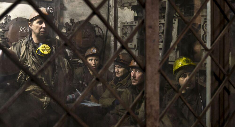 Donieccy górnicy przed zejściem do kopalni