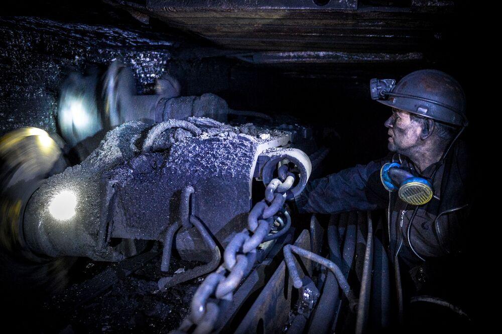 Górnik wydobywa węgiel w kopalni Głubokaja w Szachtarśku w obwodzie donieckim