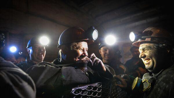 Górnicy w klatce windy w kopalni Głubokaja w Szachtarśku w obwodzie donieckim - Sputnik Polska