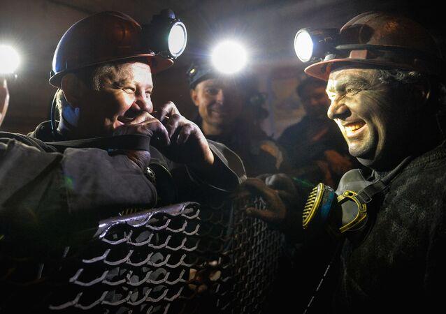 Górnicy w klatce windy w kopalni