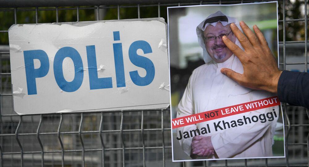 Uczestnik akcji protestu z portretem saudyjskiego dziennikarza Dżamala Chaszodżdżiego w Stambule