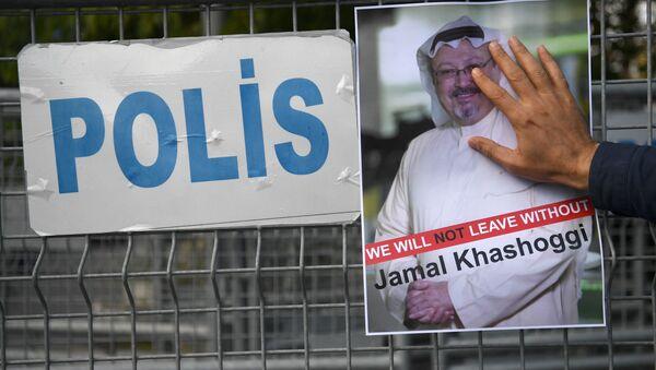 Uczestnik akcji protestu z portretem saudyjskiego dziennikarza Dżamala Chaszodżdżiego w Stambule - Sputnik Polska