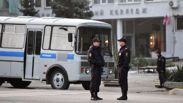 Pracownicy  ochrony prawej pod budynkiem uczelni w Kerczu, w którym doszło do eksplozji i strzelaniny - Sputnik Polska