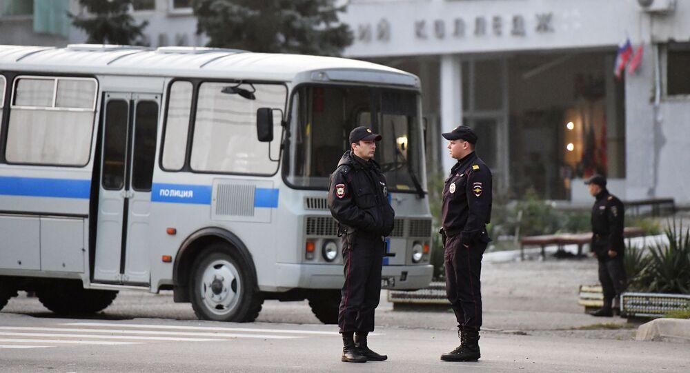 Pracownicy  ochrony prawej pod budynkiem uczelni w Kerczu, w którym doszło do eksplozji i strzelaniny