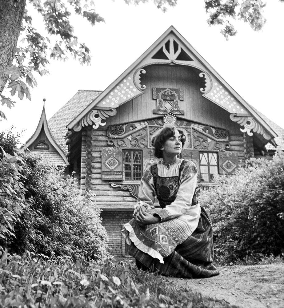 Dziewczyna w rosyjskim stroju ludowym. Smoleńsk, 1979 rok