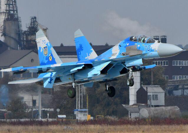 Ukraiński myśliwiec Su-27UB podczas ćwiczeń wojskowych