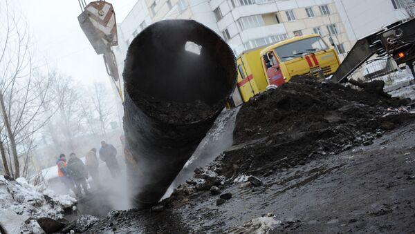 Pracownicy służb komunalnych likwidują konsekwencje pęknięcia rury grzewczej - Sputnik Polska