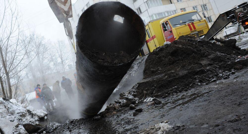 Pracownicy służb komunalnych likwidują konsekwencje pęknięcia rury grzewczej