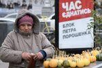 Kobieta na tle plakatu wyborczego Petra Poroszenki w Kijowie