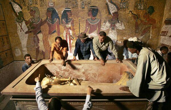 Badanie sarkofagu Tutanchamona w 2007 r. - Sputnik Polska