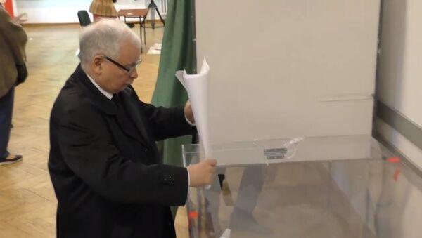 Jarosław Kaczyński oddaje głos na wyborach samorządowych 2018 - Sputnik Polska