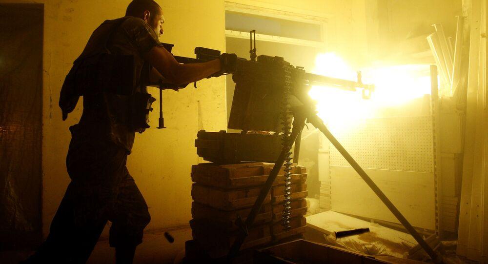 Ukraiński żołnierz podczas ostrzału w Awdiejewce