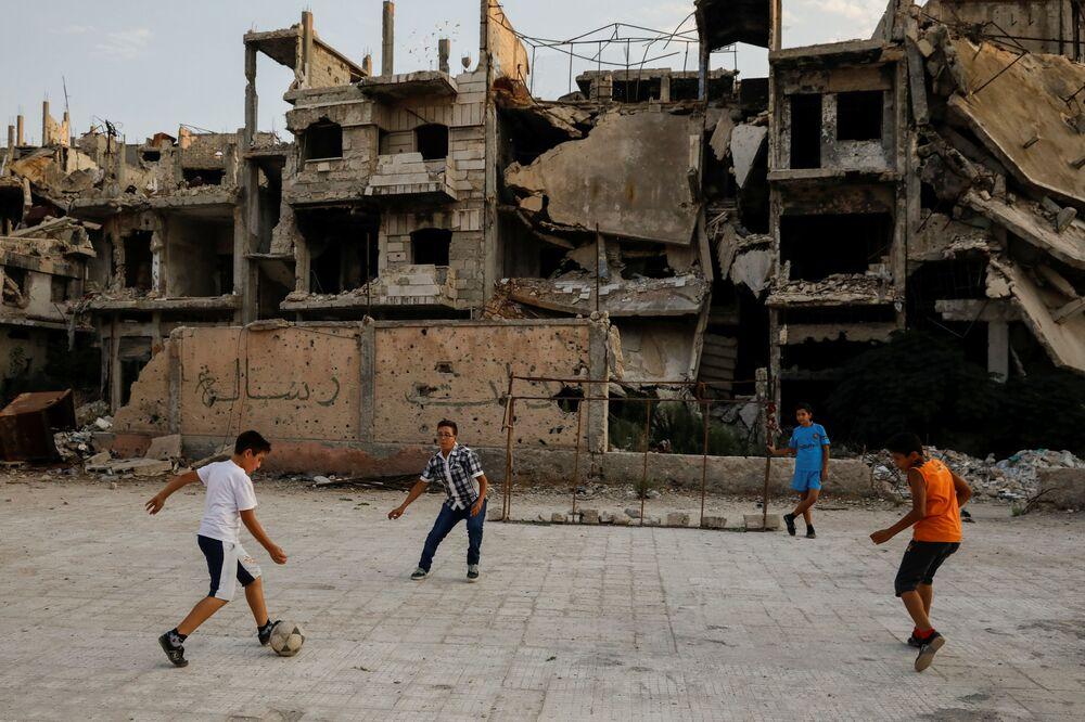 Chłopczyki grają w piłkę