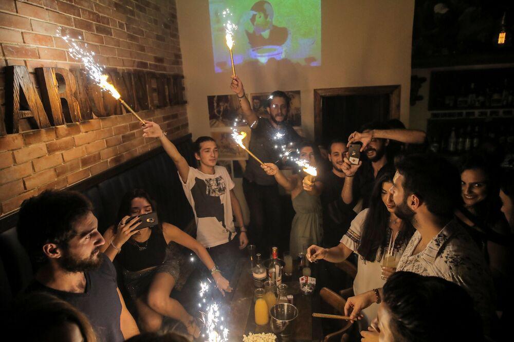 Syryjczycy świętują urodziny w barze