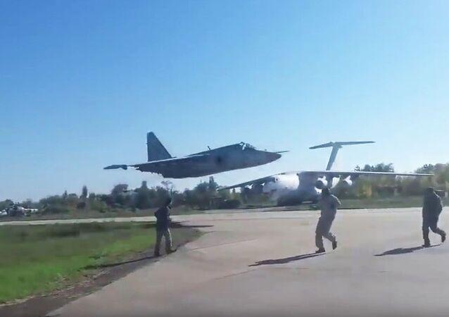 Ukraiński samolot szturmowy Su-25M1 w czasie lotu na bardzo małej wysokości