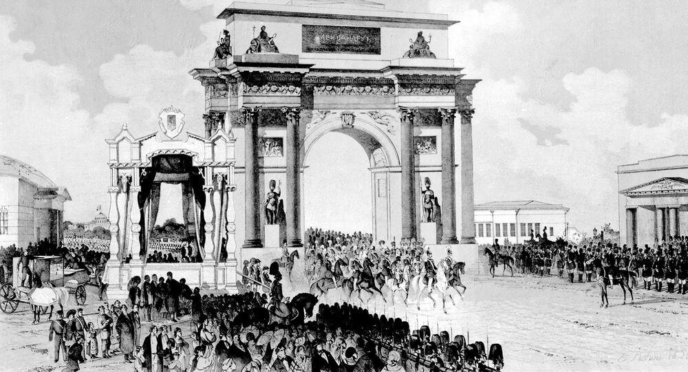 Aleksander I na czele rosyjskich wojsk uroczyście wjeżdża do Moskwy przez Bramę Triumfalną po zwycięskim zakończeniu Wojny Ojczyźnianej z Napoleonem i zagranicznej kampanii