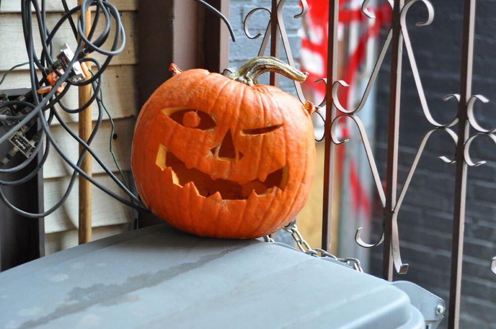Dynia na drabinie podczas obchodów Halloween w USA