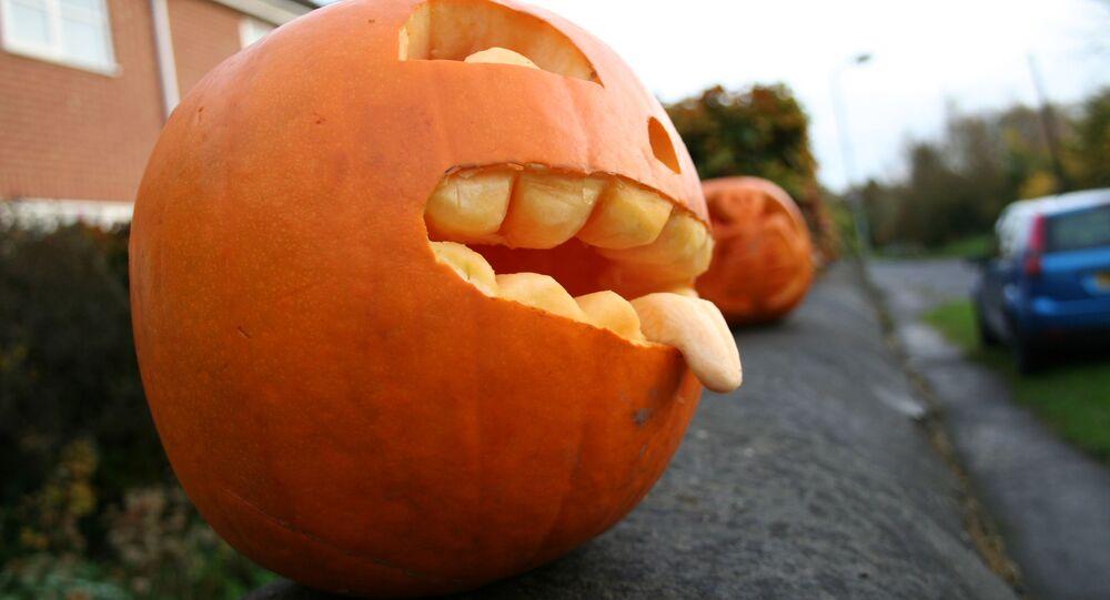 Dynia w formie twarzy podczas obchodów Halloween