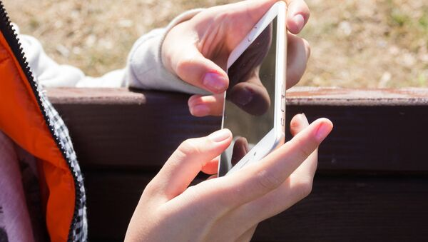 Smartfon w rękach dziewczyny - Sputnik Polska