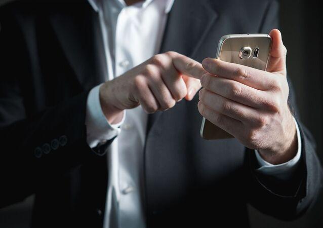 Człowiek ze smartfonem