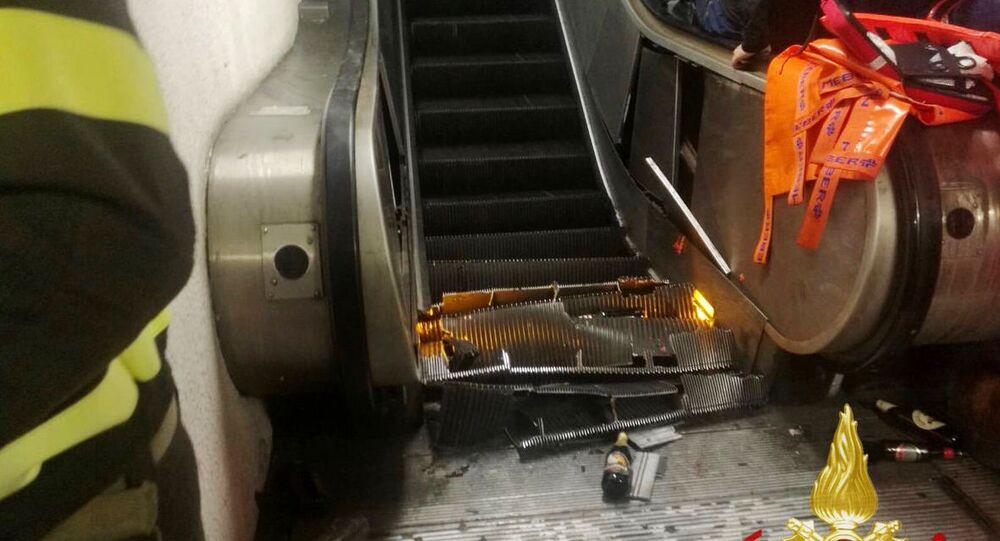 Schody ruchome na stacji metra Repubblica w centrum Rzymu po wypadku z kibicami CSKA
