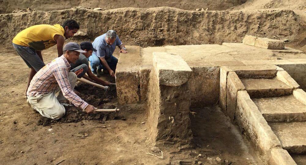 Archeolodzy na miejscu wykopaliska, gdzie znaleziono salę tronową faraona Ramzesa II