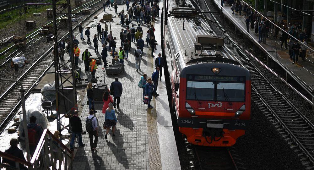 Podmiejski pociąg na peronie