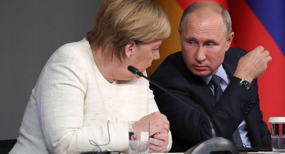 Kanclerz Niemiec Angela Merkel i prezydent Rosji Władimir Putin podczas wspólnej konferencji prasowej w Stambule