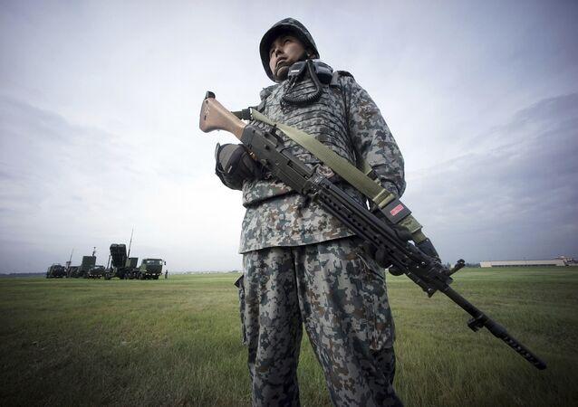 Żołnierz sił samoobrony Japonii podczas ćwiczenia obrony powietrznej