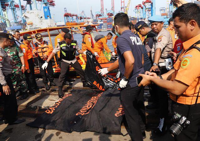 Służby ratunkowe po wyłowieniu ciał pasażerów Boeinga 737 linii lotniczej Lion Air